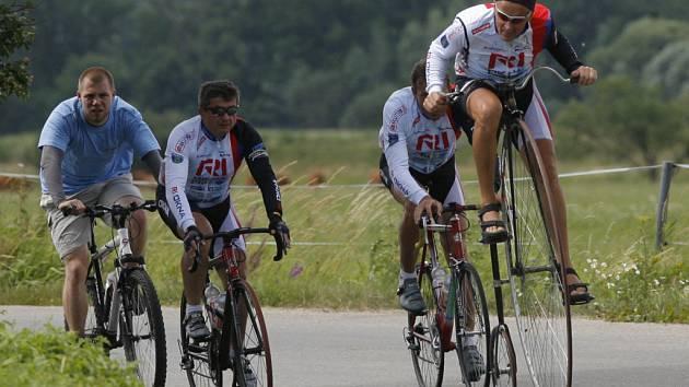 Dvaapadesátiletý jihomoravský jezdec na velocipedu Josef Zimovčák ve středu projel Českými Budějovicemi na své třitisíce kilometrů dlouhé trase napříč Českou republikou.