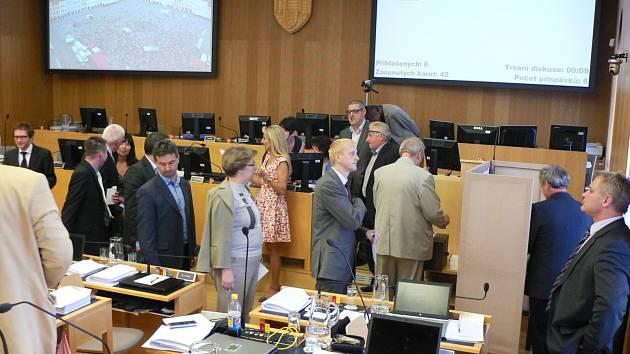 Zastupitelé v pondělí hlasovali tajnou volbou o osudu primátora a třech náměstcích.