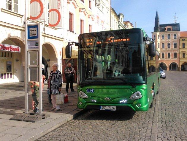 Midibusem vozil českobudějovický dopravní podnik cestující zdarma na zkoušku po dobu jednoho týdne mezi náměstím Přemysla Otakara II. a sídlištěm Máj.