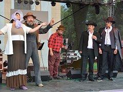 Při městských slavnostech se na pódiu střídaly kapely i divadelníci. Na snímku výjev z Limonádového Joea.
