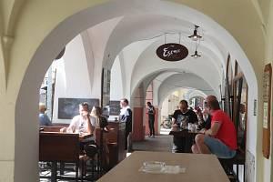 Kavárna Esence na budějovickém hlavním náměstí s předzahrádkou, už v úterý obsazenou.