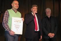 Adam Brož (vlevo) a Jiří Boček (uprostřed) přebírají v Praze ocenění.