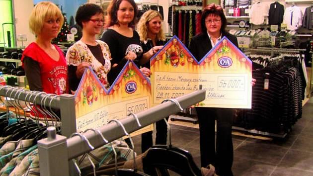 Ředitelka Michaela Čermáková (vpravo) přijala dárkové šeky  od zaměstnanců firmy  C&A.