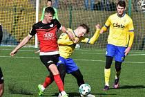 Fotbalisté Táborska vyhráli v přípravě v Písku 3:0 (na snímku Adran Čermák v souboji s domácím Hrachovcem).