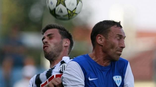 V druholigovém  derby mezi fotbalisty Dynama a Táborska jsou ve vzdušném souboji domácí Michal Klesa a hostující Jan Šimák.