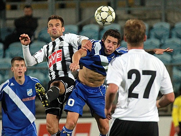 Lukáš Jarolím v zápase Dynama s Frýdkem-Místkem (3:0) bojuje s Mozolem.