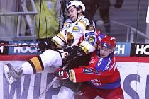 Kapitán HC Mountfield Ondřej Veselý (v červeném) si pořádně vyšlápl na litvínovského Zdeňka Bahenského. Jihočechům se v posledních zápasech daří a vyhráli už potřetí za sebou.