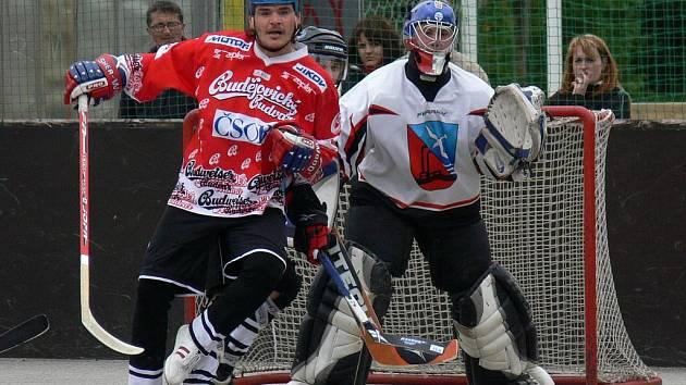 Útočník Vltavy Hoffman bojuje před brankou Zlivi, kterou stráží Veselý. Vltava doma vyhrála 5:2 a k rozhodujícímu duelu pojede v sobotu do Zlivi.