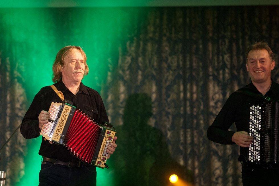 Jaromír Nohavica zahrál 6. července v českokrumlovské zámecké jízdárně na Festivalu komorní hudby. Vyprodaný sál tleskal 33 písničkám, zazněly i hity Dokud se zpívá nebo Hlídač krav. Vpravo na snímku Robert Kuśmierski.