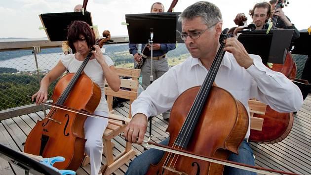 Jihočeská filharmonie natáčela koncem června video na lipenské Stezce korunami stromů. Na snímku vlevo violoncellista Jiří Šlechta.