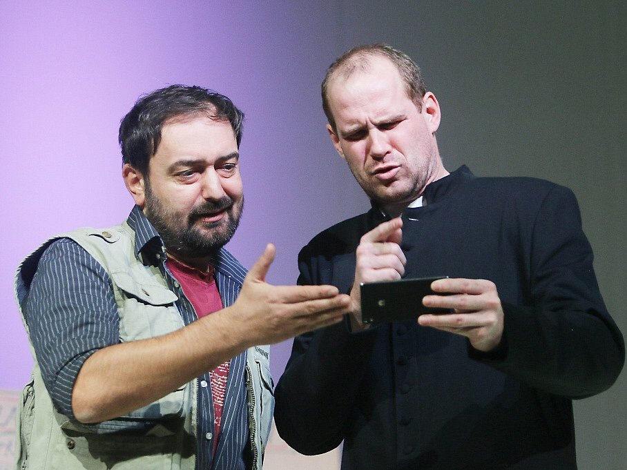 Jihočeské divadlo připravilo na 11. listopad premiéru hořké balkánské komedie Knězovy děti. Na snímku Pavel Oubram a Petr Halíček.