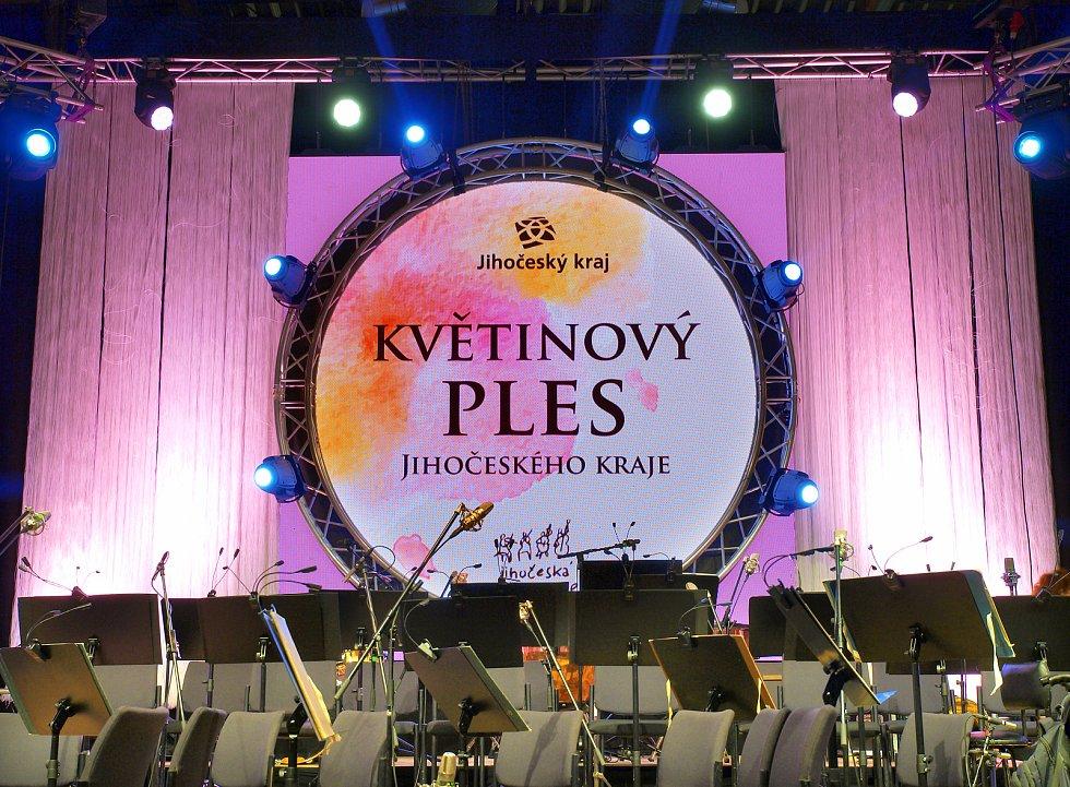Na Květinovém jihočeském plese vystoupily Petra Janů, kapela The Tap Tap, Corvertrio+ a Jihočeská filharmonie.