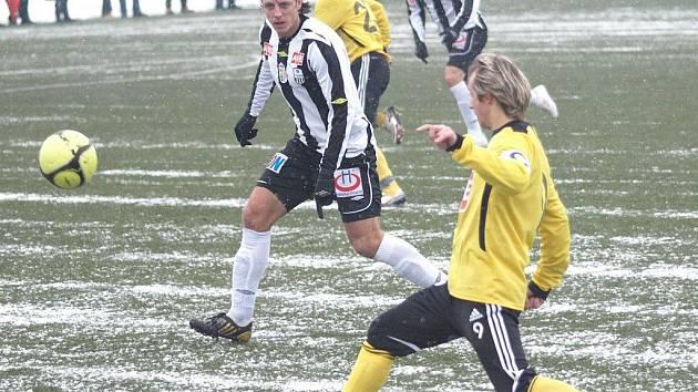 Po zápasech v Salcburku a Linci (na snímu z lineckého utkání zakládá jeden z útoků Dynama zkušený Rudolf Orepka, v pozadí Ladislav Volešák) míří Dynamo ke dvěma zápasům na Slovensko.