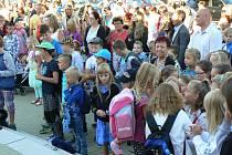 Lišovské prvňáky přivítali slavnostně před školou.