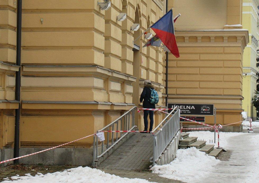 V případě sesuvu laviny mokrého sněhu či spadnutí rampouchů se může zranit kolemjdoucí, takto jsou označené hrozby v Českých Budějovicích.