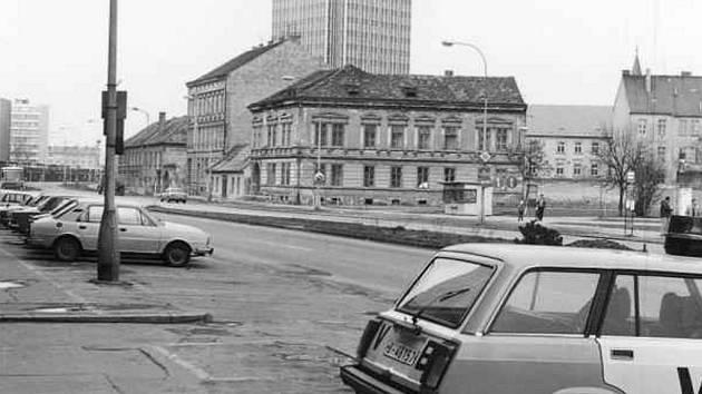 Mariánské náměstí a dům Schrabalů v popředí v roce 1987.