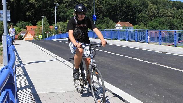 Nový most přes Vltavu spojující Hlubokou nad Vltavou a Zámostí je od úterý v provozu.