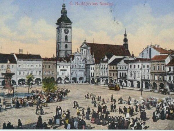 Hromadnou dopravou se Budějčáci na náměstí vozili již ve 20.letech minulého století. Jak dokládá dobová pohlednice, zajížděly sem tramvaje. Teď mají centrum obsluhovat elektrobusy.