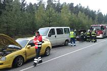Dvě osobní auta, náklaďák a dodávka se střetly ve středu ráno u odpočívadla Na Klaudě u Lišova.