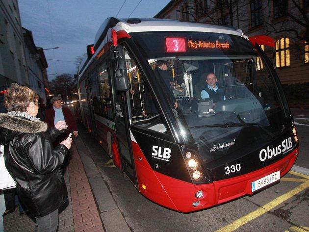 Nový trolejbus ve středu s chutí a nadšením využili cestující českobudějovické  linky 3, kteří si pochvalovali především jeho pohodlnost a krásu. Dnes pojede na lince 9, zítra na lince 5, v sobotu na lince 3 a v neděli na lince 2.