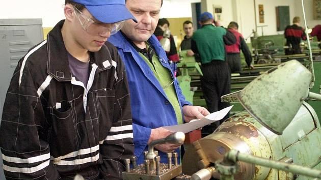 Absolventi strojírenských učebních oborů, jako mechanici, seřizovači počítačově řízených strojů, nástrojaři, zámečníci či obráběči kovů patří ve firmách k nejžádanějším.