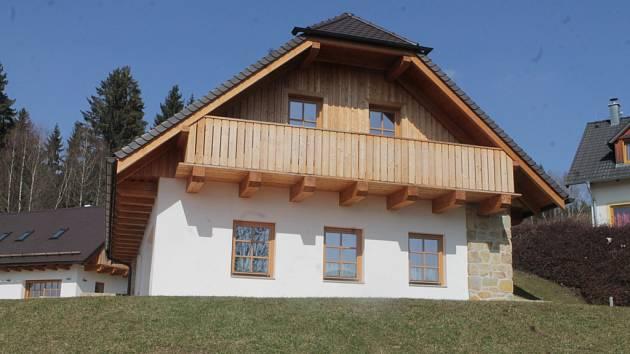 Jeden z nově budovaných domů ve Slupečné pod lipenským vrchem Kramolín, kde se má zabydlet i jihočeský hejtman Jiří Zimola.