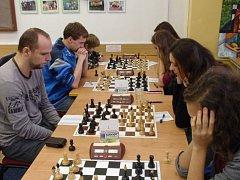 Nejen obrovské soustředění, ale i správnou taktiku potřebují hráči k tomu, aby svého soupeře porazili.