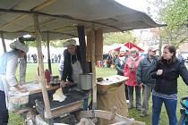 Švestkové koláče, bramboráky i něco na zahřátí a další dobroty ochutnávali návštěvníci borovanské akce Hody s plody podzimu.