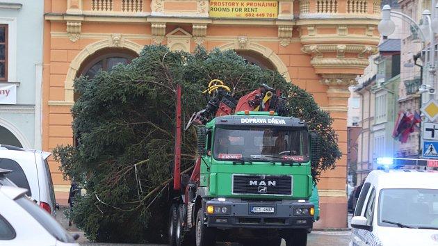 Cesta vánočního stromu a jeho stavění na budějovickém náměstí