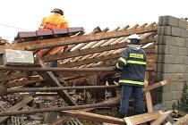 Dva roky stará střecha kravínu ve Velechvíně  nevydržela nápor větru.