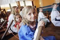 Interaktivní výstava Mega Řecko je od pátku k vidění v kulturním domě Slávia. Děti mohou například vyrazit do Tróje zachránit unesenou princeznu Helenu. Na snímku je u vesla Odysseovy lodi sedmiletá Lucka Bicková.