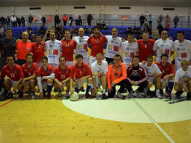Aktéři fotbalové benefice ve strakonicích po závěrečné utkání mezi výběrem ligových futsalistů a týmem plážových fotbalistů Česka (3:1).