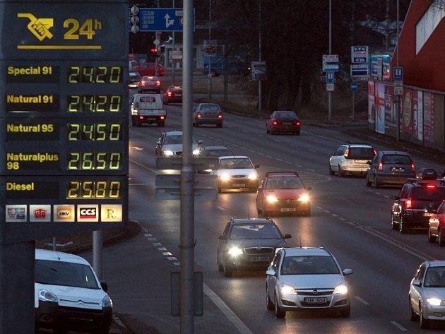 Za poslední týden zaznamenaly ceny benzínu a nafty výrazný skok směrem vzhůru. U některých čerpacích stanic se zvedly téměř o dvě koruny na litru.