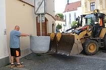 Betonové květníky budou zdobit, ale i zklidňovat řidiče v centru krajského města.
