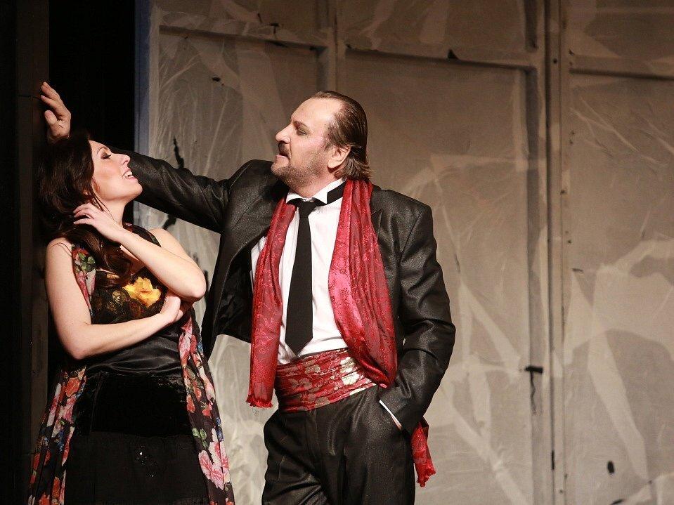 Popáté ve své historii nastudovala opera Jihočeského divadla Bizetovu Carmen. Poprvé zazní libreto ve francouzském originále. Na snímku jako Carmen Šárka Hrbáčková a Alexandr Beň jako Escamillo..