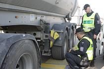 Celníci právě váží první z kamionů Zdeňka Študlara zChrobol. Včera přetížený nebyl, podobné štěstí ale řidič jen o týden dříve neměl. Tehdy musel zaplatit pokutu.