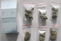 Balíčky marihuany u české osádky.