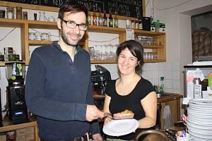 Trend přemýšlet nad přístupem k planetě podporuje Lukáš Čeněk ve své kavárně Fér Café. Na snímku je spolu s kuchařkou a servírkou z kavárny Danielou Mášovou. Více o kavárně naleznete na www.fercafe.net.