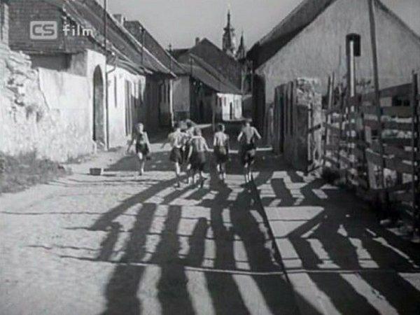 Kluci ve filmu jdou Rybářskou ulicí. Dnes už zní vPísku nic nezbylo. Spostupným bouráním se začalo hned po skončení druhé světové války.