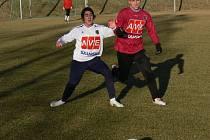 Dorostenecký stoper František Bambule (vlevo) v souboji s Václavem Mrkvičkou. V sobotu čekají Skálův tým v Zimní lize Prachatice, v pondělí odjíždí na soustředění do Hrdoňova.