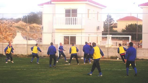 Na rozdíl od první fáze zimní přípravy, kdy kondiční trenérka Helena Fuchsová s fotbalisty Dynama hlavně běhala v terénu, na kyperském soustředění už Strakovi svěřenci bez míče neudělali  prakticky ani krok.