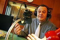 Moderátor Martin Hlaváček u mikrofonu.