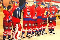 Závěrečná děkovačka hokejistů HC Mountfield po pátém duelu s Kladnem.