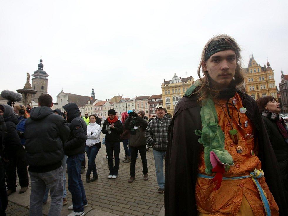 Muž v historickém kostýmu s drakem považuje islám za zvrácenou ideologii.