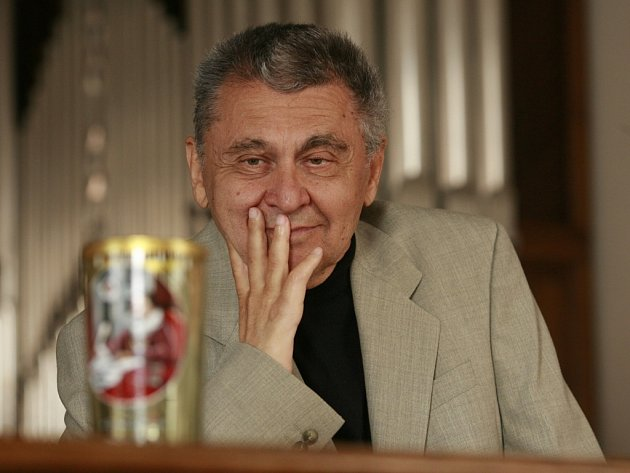Ve věku 69 let zemřel 23. ledna 2013 spisovatel Jan Nouza. Na snímku z roku 2011, kdy získal cenu Číše Petra Voka.