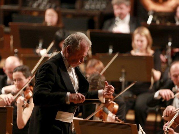 Jihočeská komorní filharmonie zahájila cyklus Pocta české hudbě a Beethovenovi. Na snímku dirigent Petr Vronský.