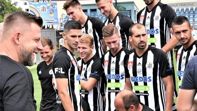 Fotbalisté Dynama po výhře v poháru na Vltavínu hrají v I. lize v Liberci až v pondělí (18). V kraji o víkendu fotbalové soutěže pokračují.