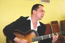 Výtvarník Martin Beneš, který vystavuje v Lišově, zahrál při vernisáži několik písniček na kytaru.