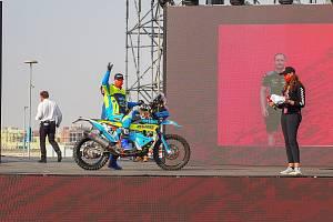 Martin Michek na pódiu v Saúdské Arábii.