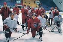 PREMIÉRA. Hokejisté HC Mountfield včera absolvovali v Písku letošní premiérový trénink na ledě. Na snímku pozorně naslouchají pokynům trenéra Tlačila v popředí Michal Hudec (vlevo) a Lukáš Poživil, za nimi i jejich další spoluhráči.